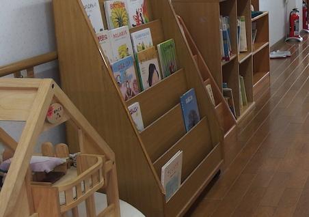 保育園の本棚