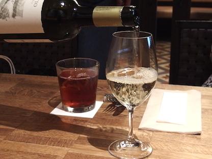 ワインをグラスにつぐ